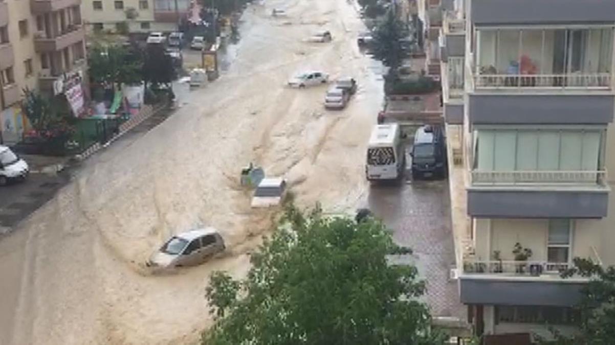 Caddeleri sel bastı, araçlar sürüklendi